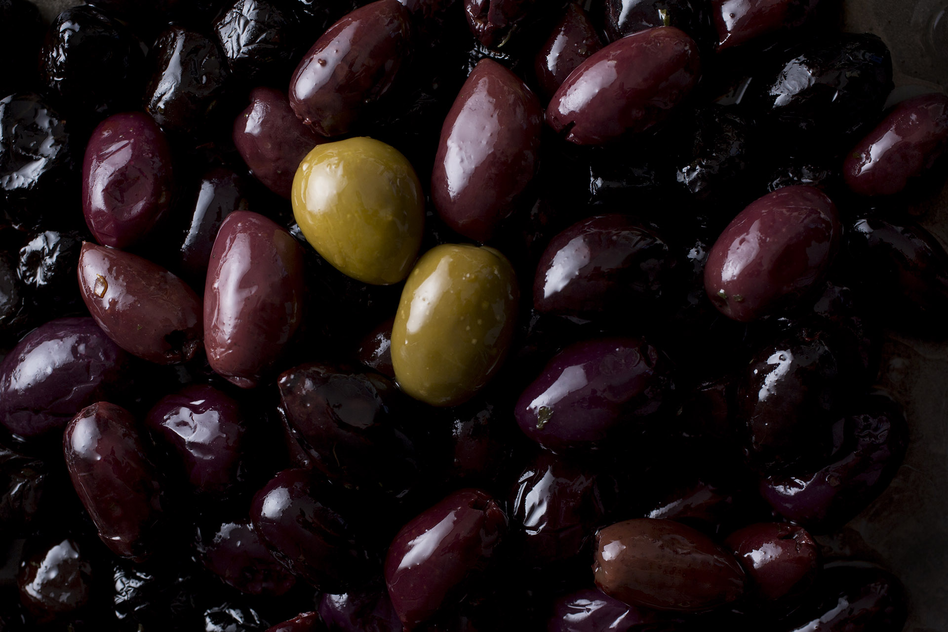 Mixed green, red and purple olives