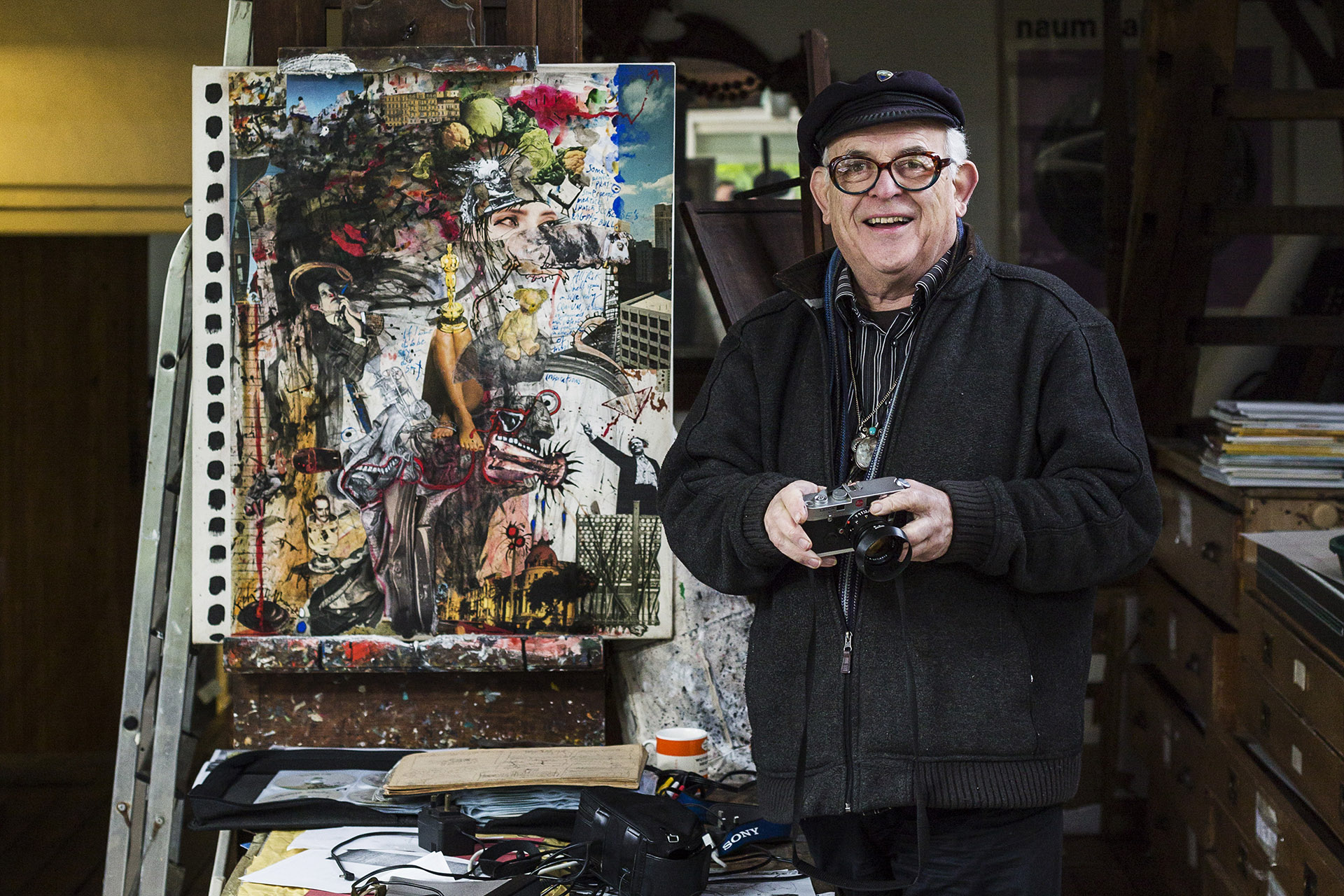 Ralph Steadman in front of canvas
